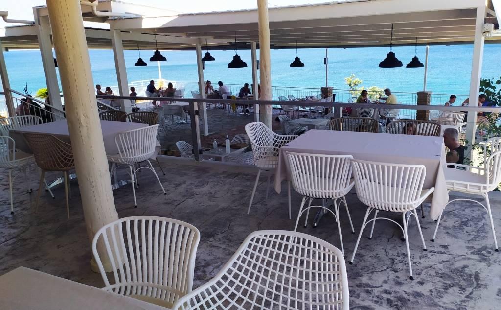 """Restaurant """"Akti Peroulia"""""""